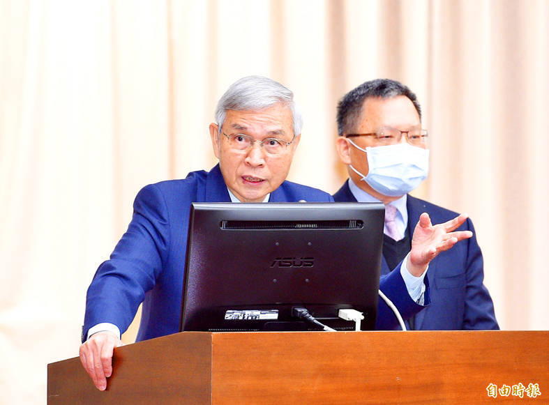 Central bank Governor Yang Chin-long, left, speaks at a meeting of the legislature's Finance Committee in Taipei yesterday, as Minister of Finance Su Jain-rong looks on. Photo: Peter Lo, Taipei Times