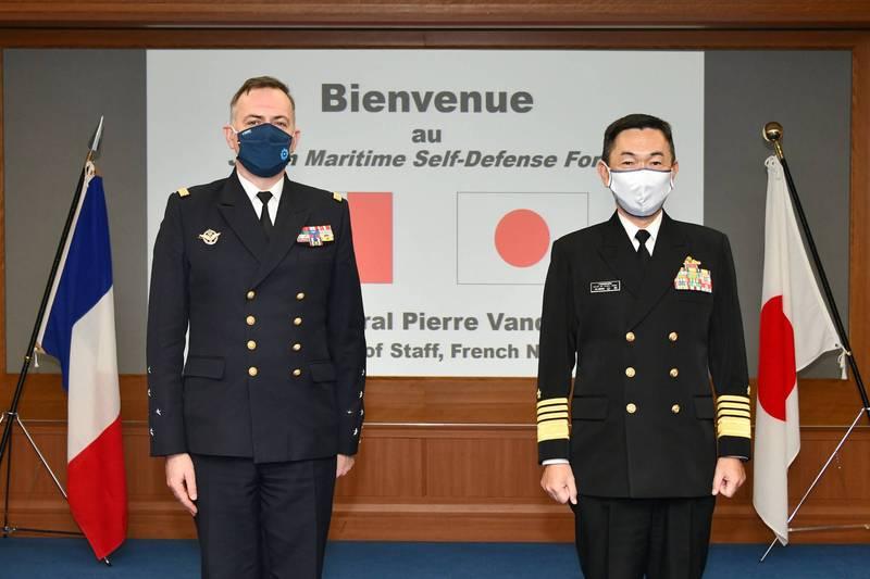 法國海軍參謀長范迪爾海軍上將(左)訪問日本,與日本海上自衛隊海上幕僚長(參謀長)山村浩海將(上將)(右)會面。(圖擷取自日本海上自衛隊twitter)