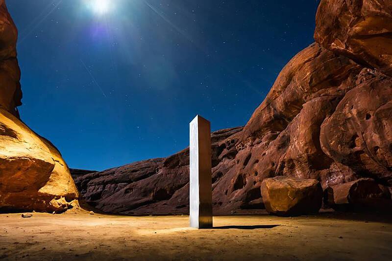 美國猶他州一處人跡罕至的沙漠日前出現高逾3公尺的神秘金屬柱,引發網友熱烈討論朝聖。(美聯社)