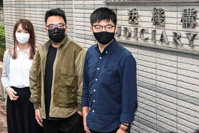 前香港眾志秘書長黃之鋒(右)、主席林朗彥和成員周庭今日分別被判刑13.5個月、7個月和10個月。(法新社資料照)