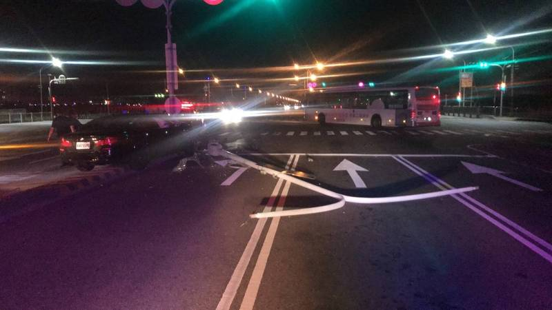 李男駕駛BMW撞倒路燈桿,電燈桿擋住三個車道。(記者張瑞楨翻攝)