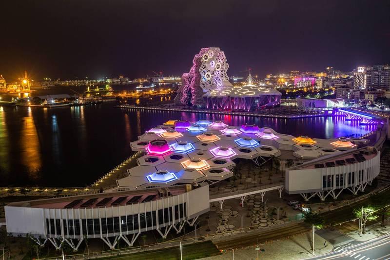 高雄2021「跨百光年」移師高雄港灣舉行,打造高流、蓬萊雙舞台。(高市府提供)