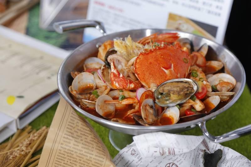 基隆市政府舉辦漁夫鍋比賽,賽後民眾到得獎餐廳消費,卻吃不到漁夫鍋。(基隆市政府提供)