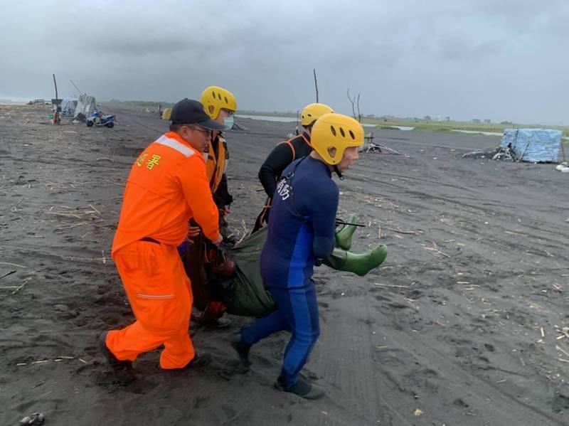 蘭陽溪出海口一名捕鰻苗民眾落海,搜救人員尋獲後緊急送醫急救。(記者蔡昀容翻攝)