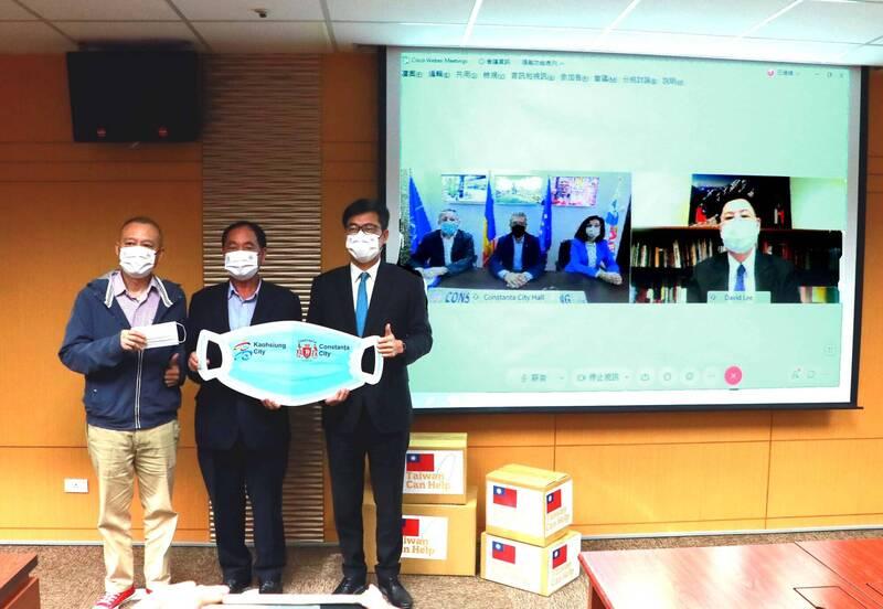高雄市口罩外交第二發,市長陳其邁(右)捐羅馬尼亞20萬份口罩,並與羅馬尼亞康斯坦察市長齊塔克、駐斯洛伐克代表處代表李南陽等人視訊連線。(高市府提供)