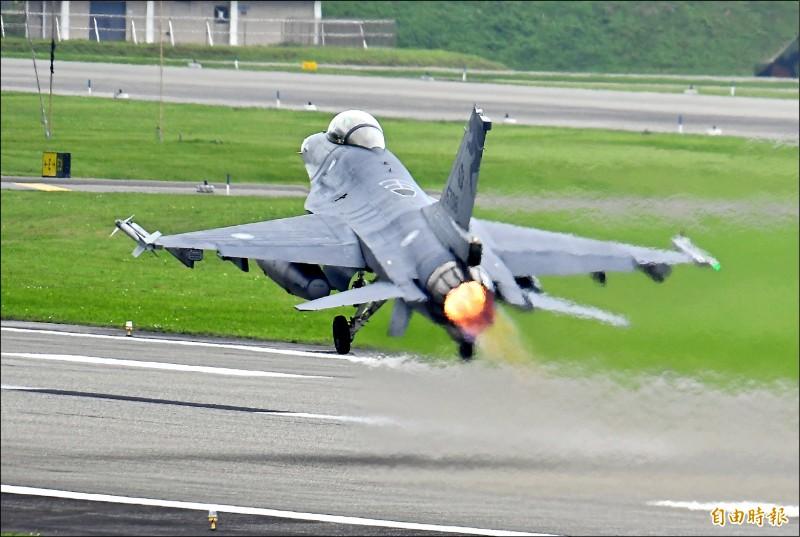 空軍第五聯隊的F-16戰機,經過14天的「天安特檢」後,昨復飛升空。(記者游太郎攝)