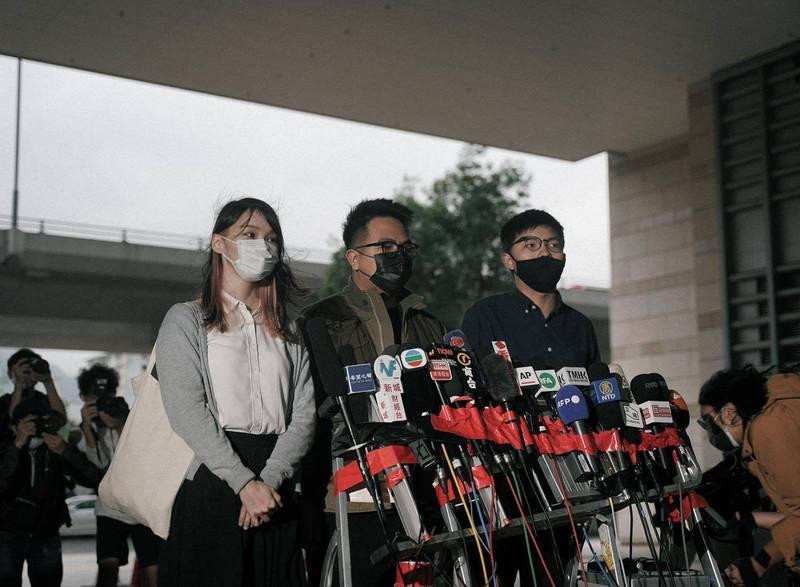 前「香港眾志」成員黃之鋒(右起)、林朗彥和周庭3人被法院判處監禁數月不等,引發國際批評。對此,香港律政司回應稱指控子虛烏有、徒勞無功。(圖翻攝自黃之鋒臉書)