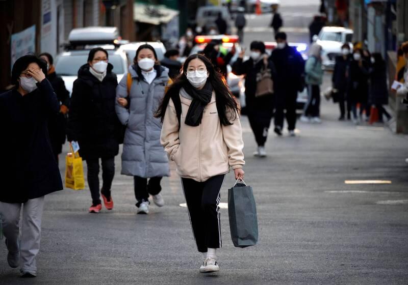 南韓中央防疫對策本部今通報,截至零時武漢肺炎(新型冠狀病毒病,COVID-19)單日新增確診病例540例。示意圖。(路透)