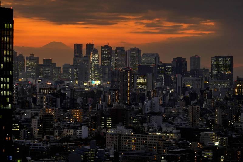 日本2日全境共新增2434例確診病例,死亡人數更是達到疫情以來第2高紀錄的32例。圖為東京都。(法新社)