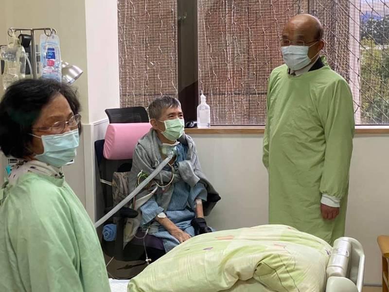 66歲的前立委蔡啟芳因肺阻塞末期,今年7月在台大醫院進行肺部移植手術,行政院長蘇貞昌前往醫院探視。(圖翻攝自臉書)