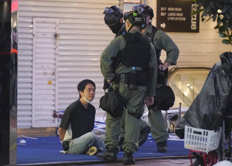 香港前立法會民主派議員許智峯昨晚宣布流亡海外。香港民主黨、港媒及港人抗爭團體均肯定他對於香港抗爭的貢獻,感謝他一直站在反送中抗爭最前線。圖為許智峯(左)去年6月12日在銅鑼灣的反送中示威遊行上被港警拘捕。(美聯社)