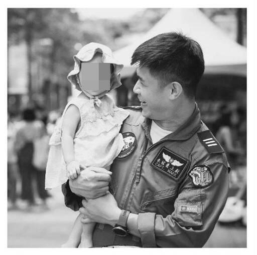 殉職飛官朱冠甍與1歲的女兒以巴。(圖翻攝自IG,資料照)