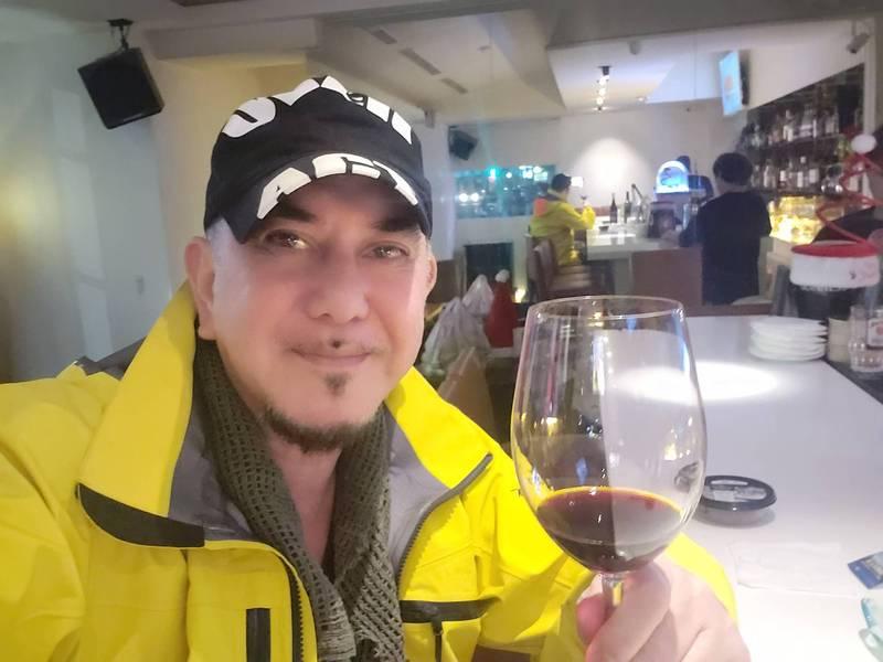 黃秋生暢飲澳洲紅酒,中國網友崩潰了。(圖取自黃秋生臉書)