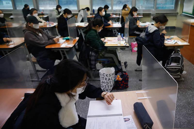 南韓高考今日開考,不過受到疫情影響,考生人數創下1994年以來新低。(美聯社)