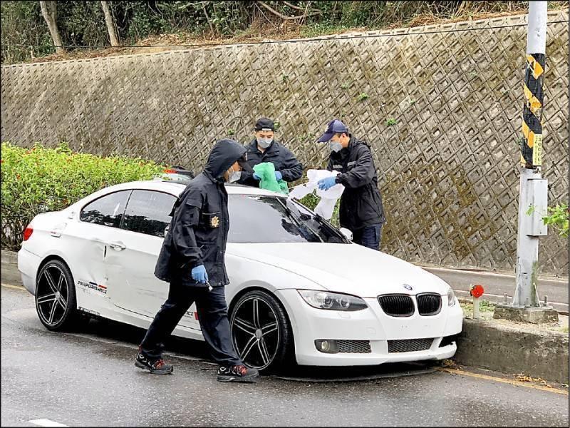 上月13日台3線新竹縣橫山段一輛白色BMW轎車撞上中央分隔島,警方到場調查竟發現車子後座有具男屍,徐姓主嫌今天清晨在芎林住處睡夢中被警方逮捕歸案。(民眾提供)