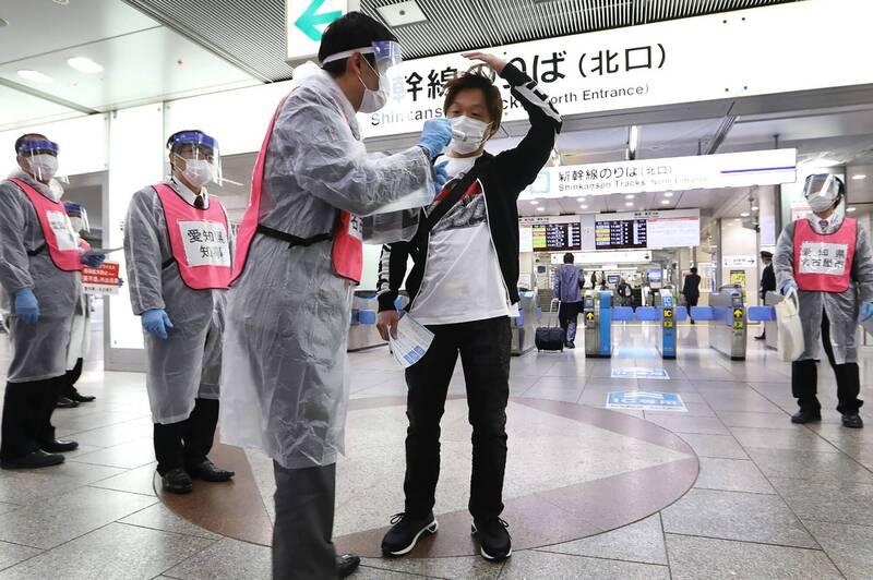 受到武漢肺炎疫情的影響,日本市面的體溫計大缺貨,一名在日中國人乘機進口劣質量測儀販售圖利。圖中人物與新聞無關。(法新社檔案照)