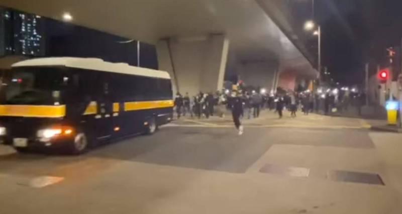 大批香港民運人士昨晚在西九裁判法院追趕最後一輛囚車。(圖取自何桂藍臉書)
