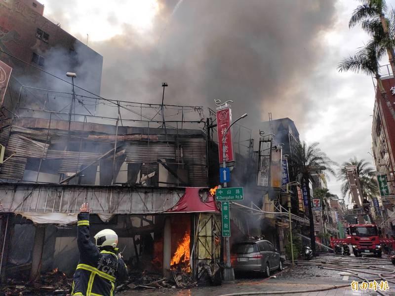 台中市中區中山路老字號餅店「一福堂」,今天上午10點多起火燃燒,火勢猛烈整棟房屋都陷入火海。(記者張瑞楨攝)