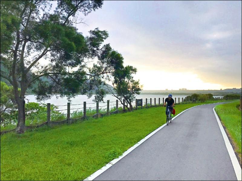 鶯歌近年建置的左岸自行車道,可從淡水河口一路騎到桃園市大溪區。 (鶯歌區公所提供)