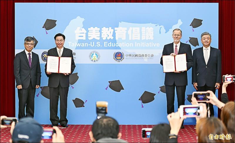 台美簽署國際教育合作了解備忘錄,並舉行首場「台美教育倡議」對話,外交部長吳釗燮(左二)、美國在台協會(AIT)處長酈英傑(右二)出席。(記者廖振輝攝)