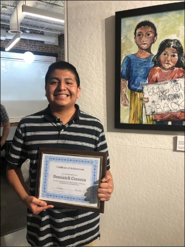 美國高中生美術競賽得獎作品描繪非法移民孩童高舉抗議標語,要求美國政府不要讓移民家庭骨肉分離。(圖擷取自網路)