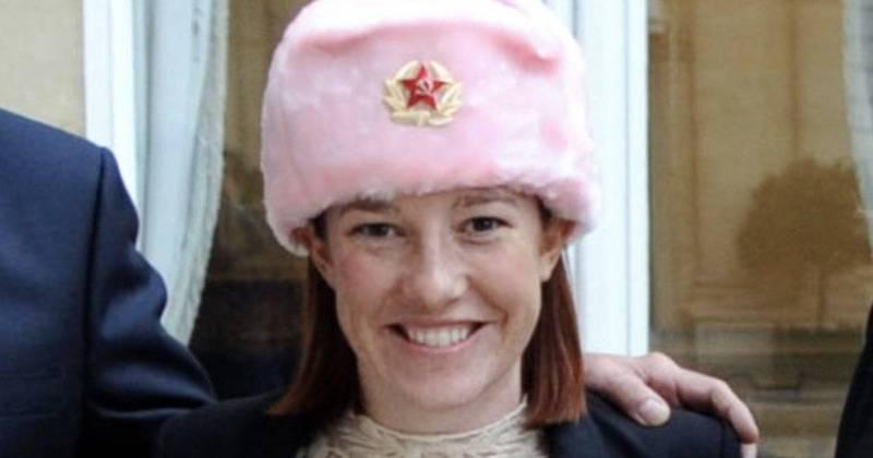 將成為白宮新聞秘書的莎琪,曾在2014年戴著嵌有紅五星與象徵共產主義革命的鐮刀和鎚子標誌的帽子,與俄羅斯高官同框,引發爭議。(取自網路)