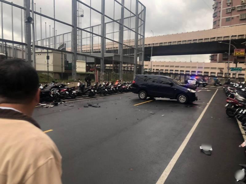 白姓男子駕駛廂型車不慎擦撞路邊47輛機車,讓趕上班的機車車主又氣又急。(記者吳仁捷翻攝)