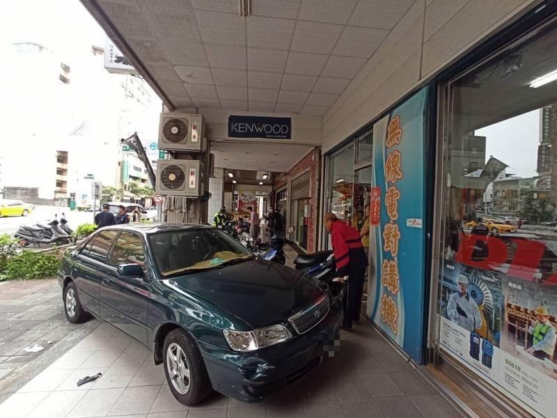 侯姓醫師疑為閃車,車輛失控直衝騎樓毀6車。(記者黃佳琳攝)