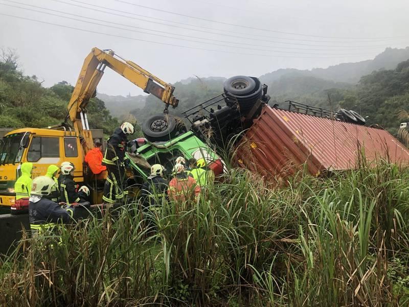 台62甲快速道路今天上午近10時發生一輛貨櫃車翻覆車禍。(記者林嘉東翻攝)