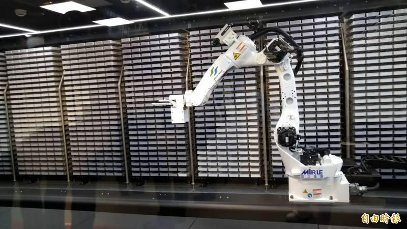 台北捷運公司耗費900萬餘元,引進國內軌道業第一座機械智能手臂,正式對外亮相。(記者蔡亞樺攝)