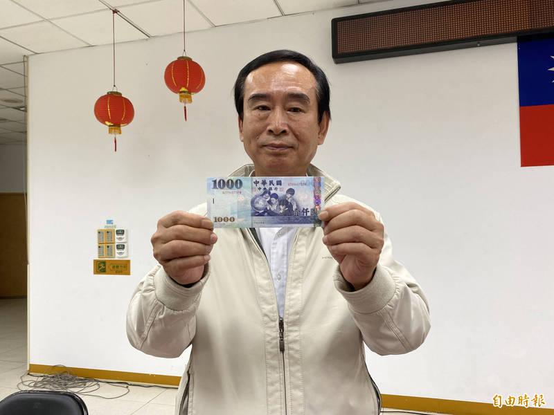 壯圍鄉長沈清山宣布,12月14日起,發放疫情津貼1000元給壯圍鄉民。(記者蔡昀容攝)