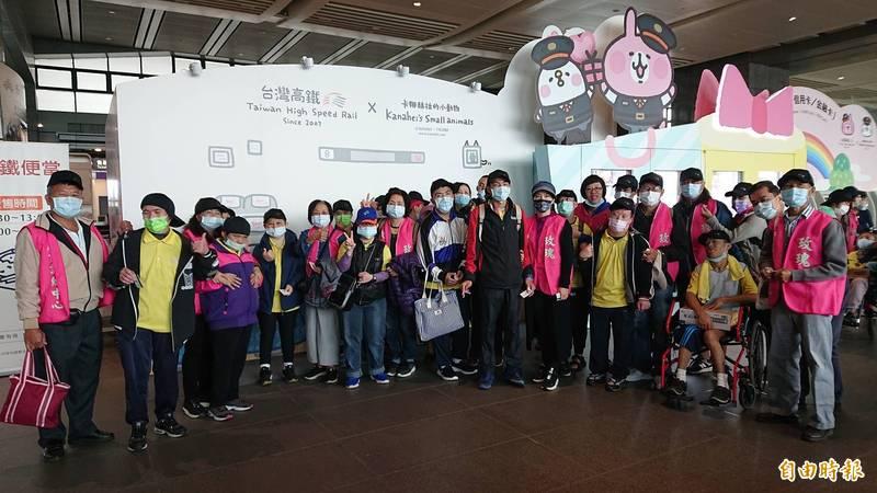 18個慢飛天使家庭,在台灣高鐵公司邀請下,開心搭乘高鐵列車前往桃園參觀高鐵探索館。(記者何宗翰攝)