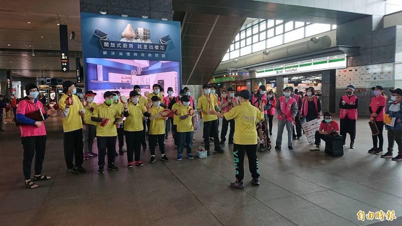 慢飛天使在高鐵台中站表演打擊樂曲與旅客同樂。(記者何宗翰攝)