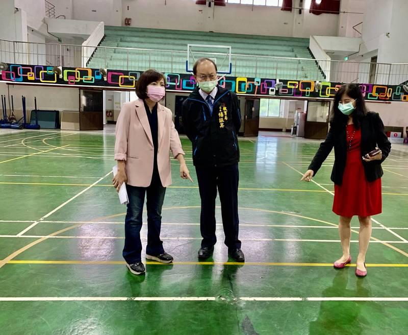 台中女籃重點學校籃球場地板破舊補不停,議員陳淑華(左)會同教育局長楊振昇會勘爭取補助改善。(陳淑華提供)