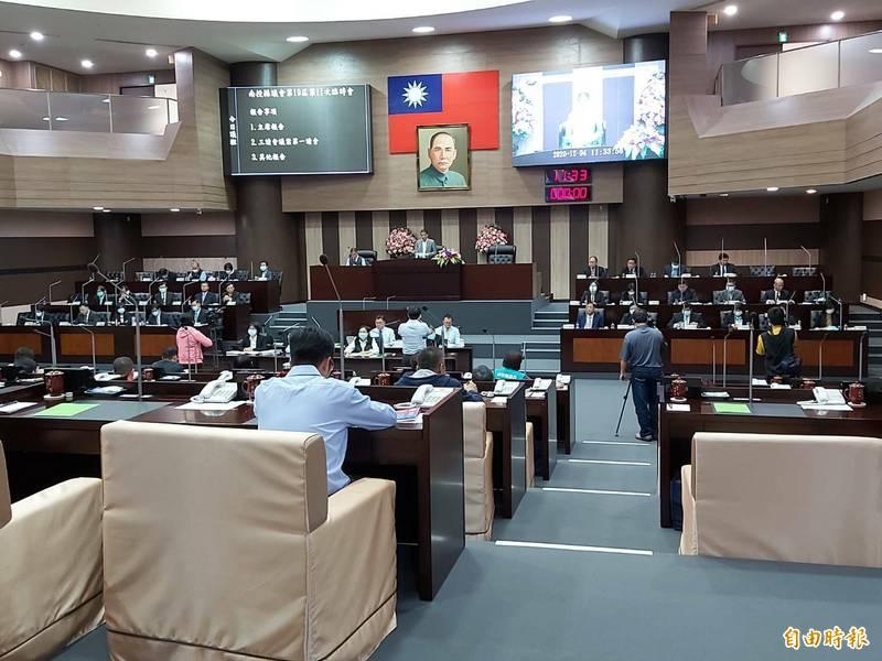 「南投縣臨時性殯儀館設置管理自治條例」,3日在議會臨時會一讀通過。(記者張協昇攝)