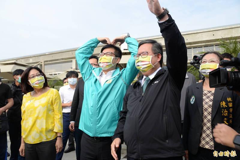 高雄市長陳其邁(左2)與桃園市長鄭文燦(右2),與棧貳庫港邊將搭船遊港的遊客比愛心動作和揮手。(記者許麗娟攝)