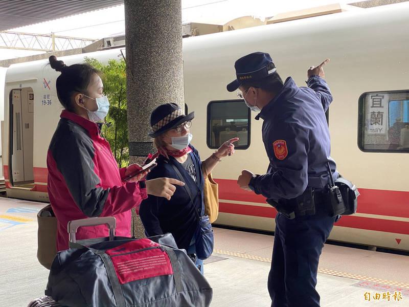 鐵道警察在宜蘭車站協助引導乘客轉乘國道客運。(記者蔡昀容攝)
