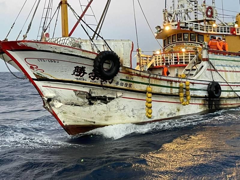 勝榮財號的船首裡大貨輪擦撞之後出現破洞。(讀者提供)