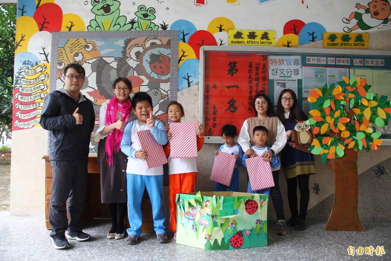 義竹國小的特殊教育學生今天開心的領到禮物。(記者林宜樟攝)