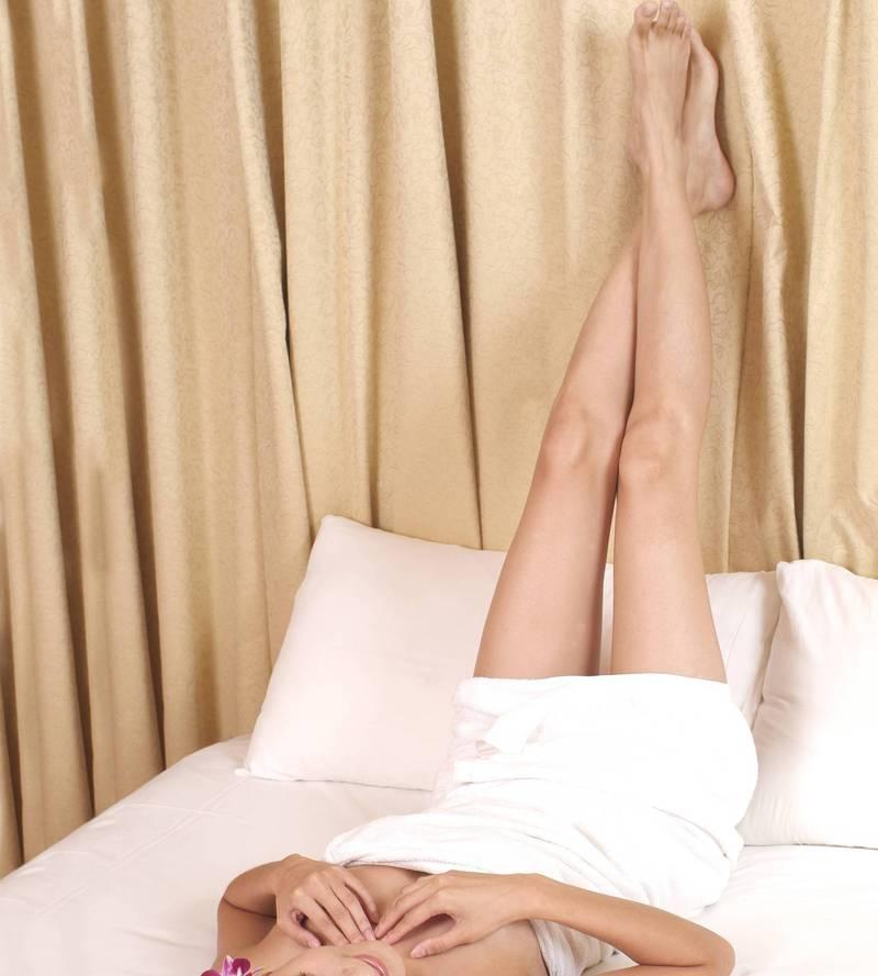 一名新娘在婚禮結束後,突然被男方的親戚強迫躺在床上,要求讓他們「驗明正身」。這名新娘被迫褪去褲子讓他們檢查處女膜,讓她的身心靈都受到巨大的煎熬。(情境照)