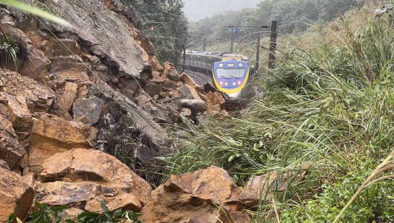 台鐵猴硐-瑞芳路段邊坡土石坍塌侵入軌道,初估12月8日清晨5點才能搶修單線,並以單線雙向營運模式恢復通車。(記者林欣漢翻攝)
