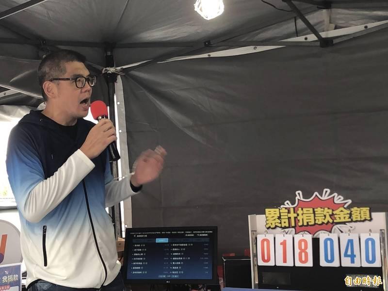 國民黨智庫副董事長連勝文下午到北門廣場響應「你唱歌我捐款」活動,選唱歌手高爾宣的「最後一次」。(記者陳昀攝)