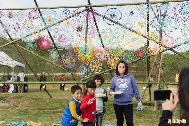 香山濕地生態公園啟用 民眾、藝術家合力創作「捕夢網」