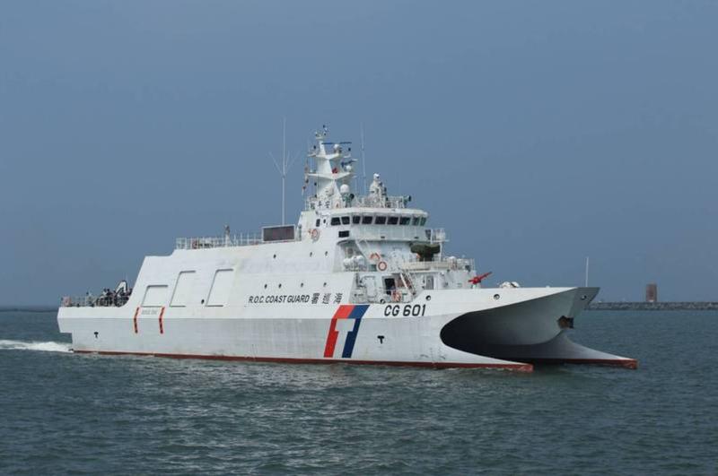 海巡署新造的600噸沱江級海巡艦現正進行各項測試中,艦艏上方裝設有鎮海火箭彈。(圖:讀者提供)