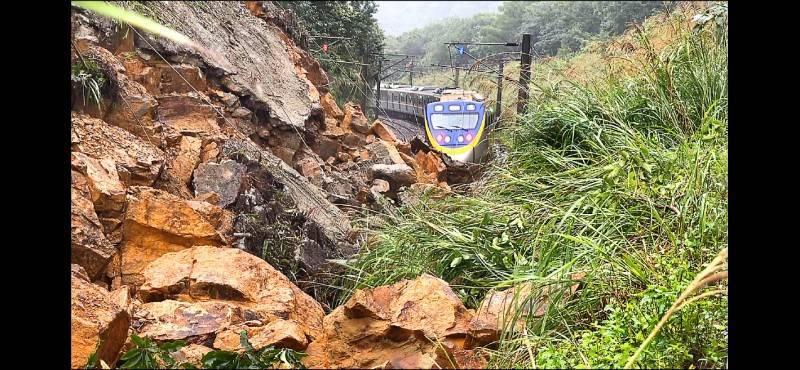 受豪雨影響,台鐵瑞芳猴硐路段邊坡土石坍塌淹沒軌道,離列車不到30公尺。(記者林欣漢翻攝)