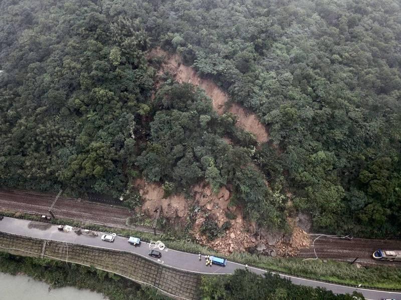 台鐵瑞芳-猴硐間因邊坡坍方造成東部幹線雙向不通,目前正全力搶修中。(資料照)