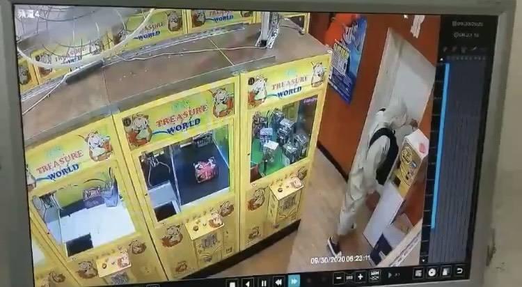 兌幣機當提款機!萬華跑到永和行竊 雨衣男偷娃娃機店6萬