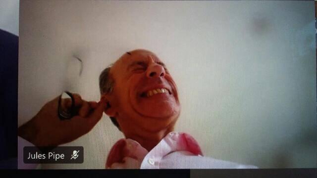 噁!視訊會議「眼鏡挖耳屎」 倫敦副市長下秒竟直接吃掉