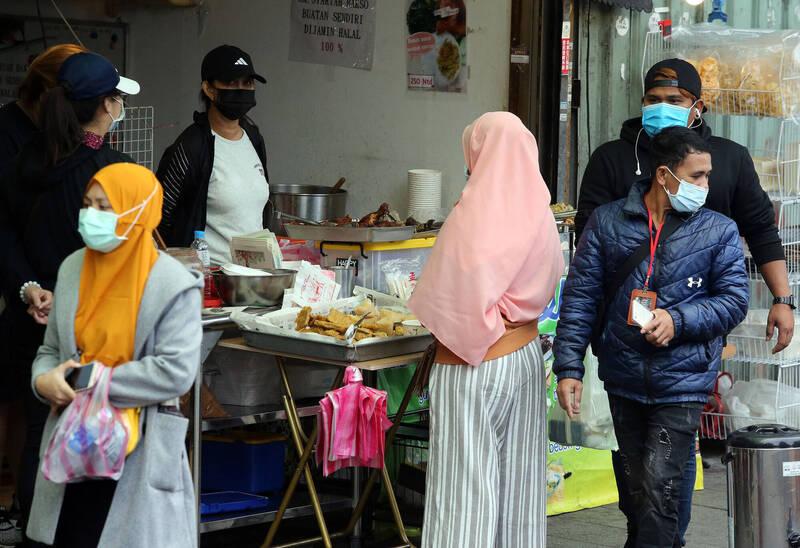 因應印尼確診個案大增,指揮中心強化印尼移工採檢,今天再增20例印尼境外移入個案,病例數達133人,首度超越美國,躍升境外移入個案最多的國家,治療費用恐破億元。(中央社)