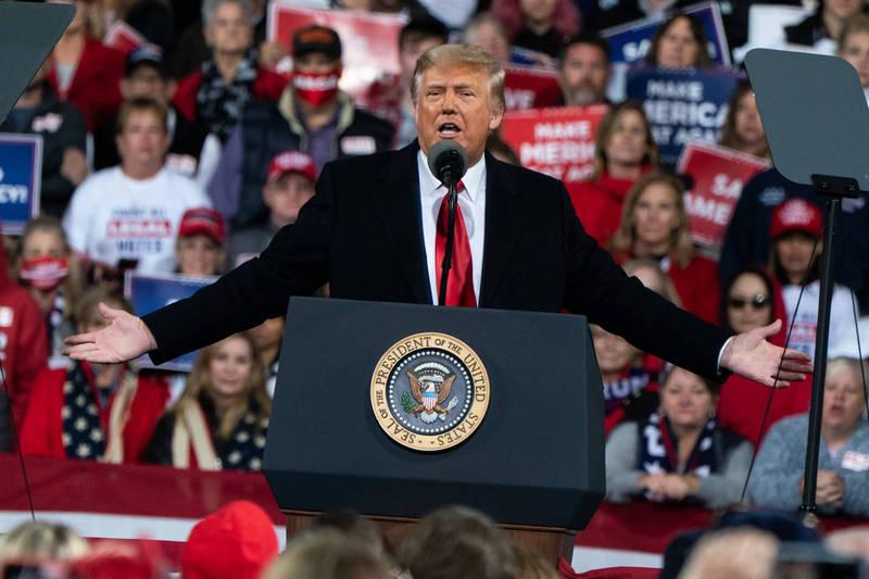 川普5日晚間前往喬治亞州瓦爾德斯塔的競選活動,替2位共和黨籍參議員候選人助選。川普提到美國總統大選過後的初步結果,他說:「如果我輸了,我將是一個非常有風度的輸家」,接著他話鋒一轉,指稱「但是當他們用偷竊的、用操弄的、用搶奪的,你們絕對不會接受」,還號召群眾「一起把國家拿回來」。(彭博)